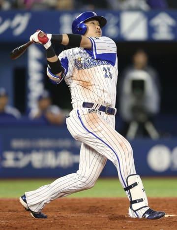 3回DeNA1死、筒香が右越えに通算150本塁打を放つ=横浜