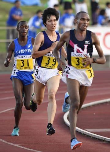 男子1万メートル 28分26秒64で日本勢最高の3位だった塩尻和也(中央)。右は優勝したパトリック・マゼンゲワンブィ=相模原ギオンスタジアム