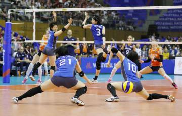 日本―オランダ 第2セット、ポイントを奪われる日本=豊田市総合体育館