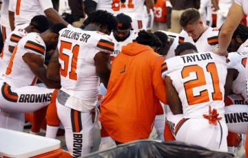 国歌斉唱中に膝をつくクリーブランド・ブラウンズの選手たち【AP Photo/Ron Schwane】