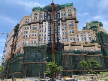 マカオ・コタイ地区で建設中の大型カジノIR「グランドリスボアパレス」(資料)=2018年5月-本紙撮影