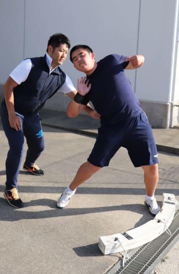 吉本さんの指導を受けながら、何度も投てきのフォームを確認する崎村さん(右)=松浦市立青島小中学校
