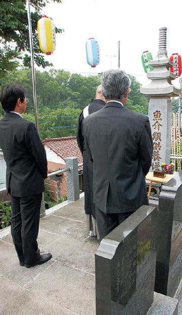供養塔で焼香する参列者