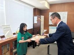 松田哲也署長(右)から感謝状を受け取る花添智子さん=洲本署