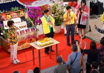 県産完熟マンゴー「太陽のタマゴ」の20周年を祝った記念イベント=25日午後、宮崎ブーゲンビリア空港