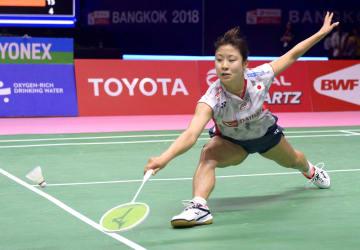 女子準決勝 韓国戦のシングルスでプレーする奥原希望=バンコク(共同)