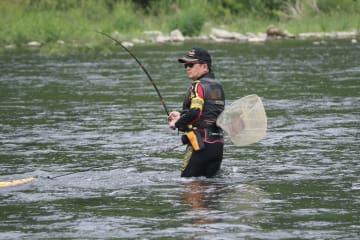 相模川で試し釣りをする漁協組合連合会のメンバー=26日午前、相模原市と神奈川県愛川町の境にある高田橋付近