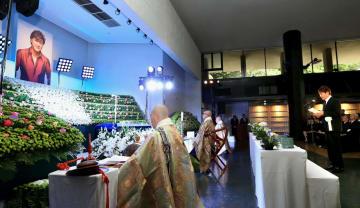 西城秀樹さんの葬儀・告別式で弔辞を読む野口五郎さん=26日午前、東京都港区の青山葬儀所(代表撮影)