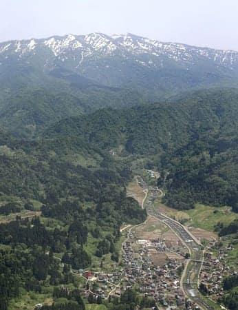 長岡市栃尾地域の上空から見た守門岳=16日、本社ヘリから