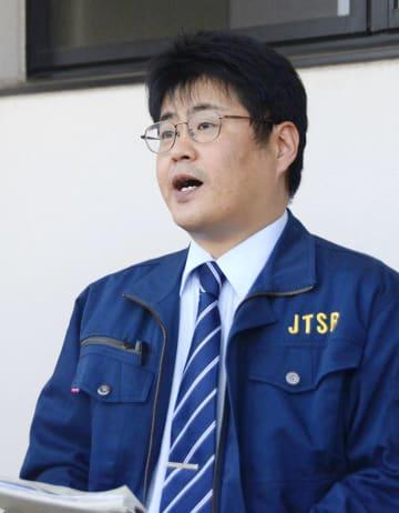 日航機の部品落下トラブルで、現地調査を終え記者団の取材に答える運輸安全委員会の木曽豊彦主管調査官=26日午後、熊本空港