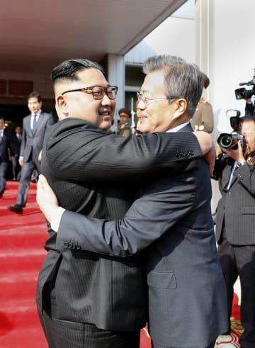 26日、板門店で抱き合う韓国の文在寅大統領(右)と北朝鮮の金正恩朝鮮労働党委員長(韓国大統領府提供・共同)