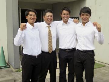 東京六大学野球の2季連続36度目の優勝が決まって喜ぶ(左から)慶大の河合、大久保監督、菊地、郡司=26日、横浜市港北区