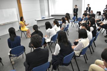 大井真理子さんと交流する中高生たち=県庁