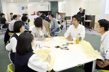 山納さん(右から2人目)と意見を交わす参加者=徳島市の徳島大常三島キャンパス