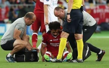 肩を負傷し、ピッチに座り込むサラー photo/Getty Images