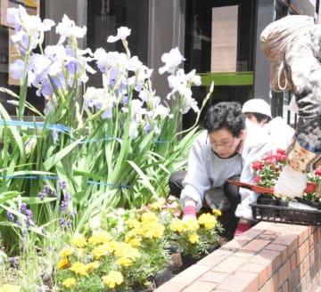 もりおか復興支援センター前の花壇で植栽活動を行う参加者