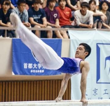 個人総合で2連覇した白井健三の平行棒=栃木県体育館