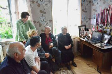 27日、ジョージア中部ムツヘタにある栃ノ心関の実家で、大相撲のインターネット動画中継を観戦する家族ら(共同)