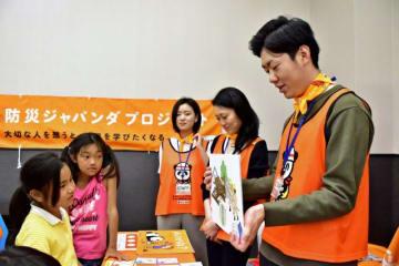 地震時の行動などを紹介する紙芝居などがあった「県防災の日フェア」=27日午後、宮崎市・イオンモール宮崎