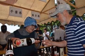 全国約300種の日本酒が振る舞われた「酒まつり」=伊勢原市の大山阿夫利神社