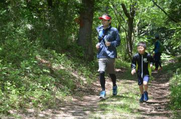 新設された3キロのトレイルランニングコースを走る親子=水戸市森林公園の成沢地区