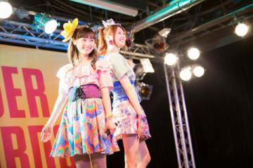 タワーレコード渋谷店(東京都渋谷区)でシングル「It's Show Time!!」のリリース記念イベントを開催した「福原遥×戸松遥」