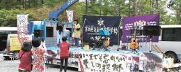 トラック荷台のステージで行われたカラオケ大会