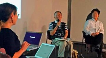 カラー写真化について意見を交わす(右から)土屋誠一准教授、大城弘明さん、與那覇里子記者=27日、タイムスギャラリー