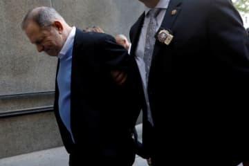 5月25日、ハリウッド映画界の元大物プロデューサー、ハーベイ・ワインスタイン氏(66)はニューヨーク市警に出頭し、女性2人に対するレイプや性的犯罪行為などの容疑で逮捕・訴追された。その後、100万ドル(約1億1,000万円)の保釈金を支払い、釈放された。写真は裁判所に到着したワインスタイン氏 - (2018年 ロイター/Shannon Stapleton )
