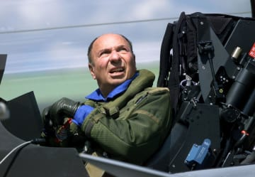 戦闘機に搭乗したセルジュ・ダッソー氏=1999年6月、パリ郊外(ロイター=共同)