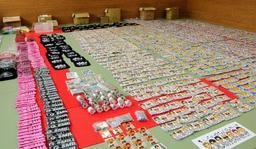 兵庫県警が福岡市内の事務所で押収した「三代目 J Soul Brothers」などの偽グッズ=29日午前、神戸市中央区、神戸水上署