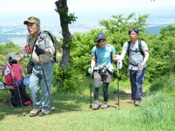 山開きを迎え、八石山を登る人たち=27日、柏崎市