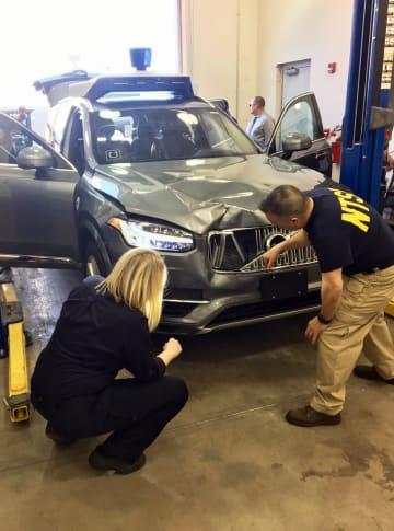 歩行者の死亡事故が起きたウーバー・テクノロジーズの自動運転車を調べる米当局者=3月20日、アリゾナ州テンピ(米運輸安全委員会提供・AP=共同)