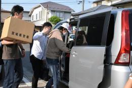 任意同行を求められ、捜査車両に乗り込む建設会社のハイランド事業本部長(右)=29日午前6時55分ごろ、仙台市宮城野区