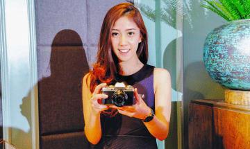 フジフイルムインドネシアはミラーレスカメラ「X—T100」を発表した。=28日、ジャカルタ(NNA撮影)