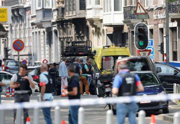29日、ベルギー・リエージュの銃撃現場付近を警戒する警察官ら(ロイター=共同)