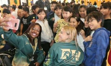 昨年の大分国際車いすマラソン大会(台風で中止)の際、小学生と交流した選手ら=大分市
