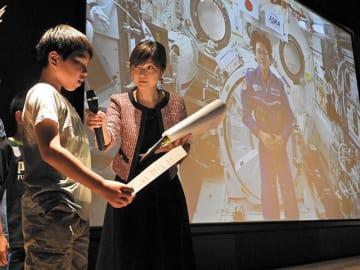 「きぼう」船内の金井宣茂宇宙飛行士に質問する小中学生ら=29日午後8時37分、各務原市下切町、岐阜かかみがはら航空宇宙博物館