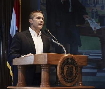 記者会見で声明文を読み上げるミズーリ州のグレイテンズ知事=29日、ジェファーソンシティー(AP=共同)
