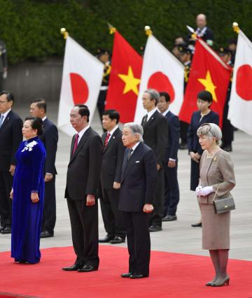 ベトナムのチャン・ダイ・クアン国家主席夫妻との歓迎行事に臨まれる天皇、皇后両陛下=30日午前、皇居・宮殿東庭
