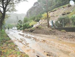 台風21号でのり面が崩落した市西部の道路。山肌から噴き出した雨水は市街地を水浸しにした