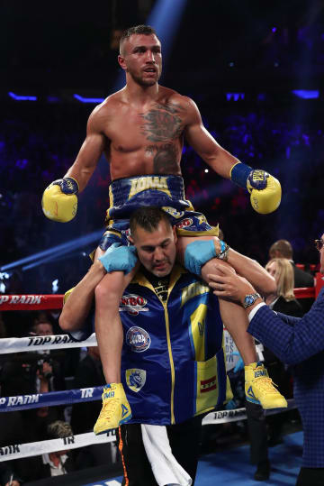 WBAライト級タイトルマッチでTKO勝ちし、喜ぶワシル・ロマチェンコ=12日、ニューヨーク(ゲッティ=共同)