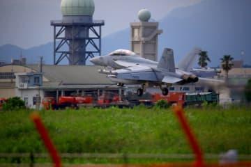 燃料補給のため新田原基地に着陸した米軍のEA18G電子戦機=30日午後、新富町(宮崎市・迫田孝二さん提供)
