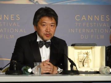 受賞後の記者会見に臨む是枝裕和監督=5月19日、カンヌ国際映画祭