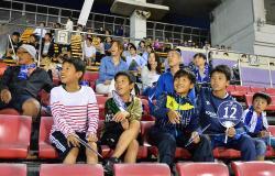 日本戦のパブリックビューイングで大型スクリーンを見ながら応援するサッカーファンたち(30日午後7時47分、京都市右京区・西京極陸上競技場)
