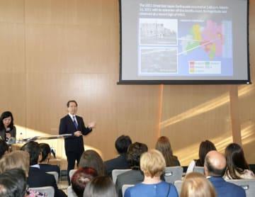 30日、米ニューヨークの「ワン・ワールド・トレード・センター」で、福島県の状況を説明する内堀雅雄知事(奥左から2人目)(共同)