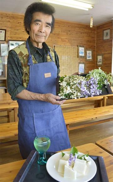 20年目の山開きを控える佐藤雄三さん。花を使った新メニューのサンドイッチも考案した=27日、折爪岳の「仙人の食卓」