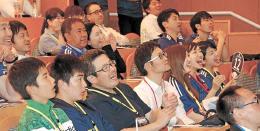 サッカー日本代表に声援を送るサポーターたち=30日午後8時ごろ、Jヴィレッジ