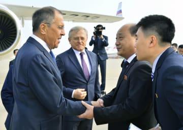 平壌国際空港で北朝鮮の申紅哲外務次官(右から2人目)の出迎えを受けるロシアのラブロフ外相(左端)=31日(共同)