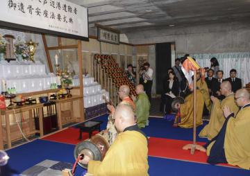 長崎県壱岐市の天徳寺で行われた法要=31日午後、壱岐市